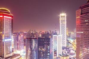 uitzicht over de moderne stad bij avondschemering