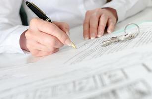 klant ondertekent een onroerend goed contract foto