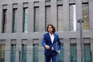 attracitve man wallking in de buurt van de business place foto