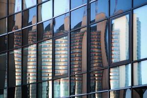 wolkenkrabberreflectie in vensters. foto