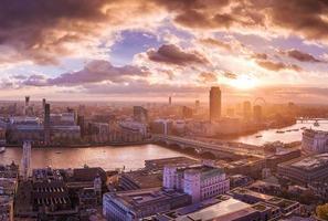 panoramisch uitzicht op de skyline van Zuid- en West-Londen bij zonsondergang