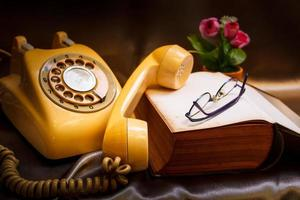retro telefoon en oud boek.