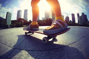 skateboarder skateboarden bij zonsopgang stad foto