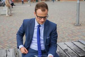 portret van jonge zakenman permanent voor kantoorgebouw. foto