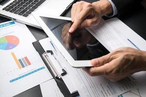 zakenman werken op zijn pc-tablet foto