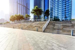 moderne skyline en lege wegvloer foto