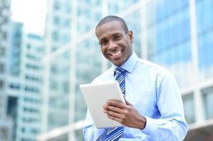 zakenman van middelbare leeftijd met behulp van een tablet foto