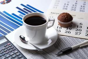 zakelijk stilleven en kopje koffie foto