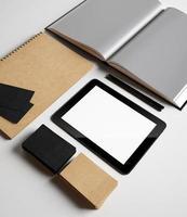 identiteit set met getextureerde kartonnen elementen foto