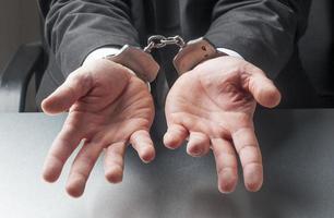 mannelijke handen bedelen die misdaad in twijfel trekken