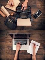 oude schrijfmachine met laptop, concept van oud en nieuw