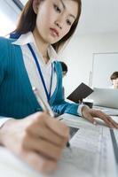 zakenvrouw schrijven met serieuze blik