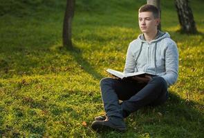 jonge man leest Bijbel foto