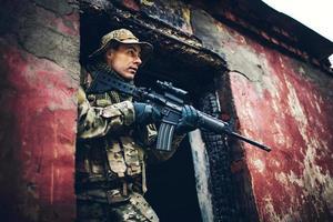 soldaat met geweer in de ruïnes
