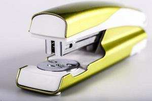 lichtgroene nietmachine die op wit wordt geïsoleerd foto