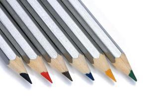 kleurpotloden die op een witte achtergrond worden geïsoleerd. foto