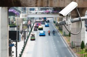 CCTV-camera die op de weg werkt om verkeer te detecteren foto