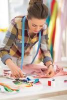 naaister werken met kledingstuk foto
