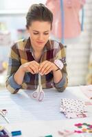 portret van doordachte naaister in studio foto
