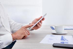 zakenman met behulp van digitale tablet foto