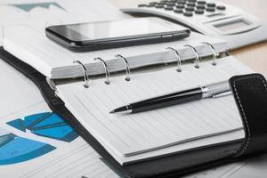 pen liggend op het dagboek foto