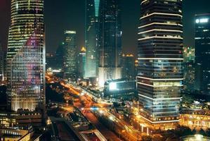 verkeerslichten, wolkenkrabbers in het centrum van Shanghai 's nachts foto