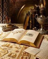 antieke wereldbol met kaarten, boeken en lamp in kamer instelling foto