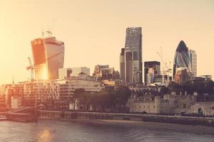 toren van Londen en moderne wolkenkrabbers op de achtergrond bij zonsondergang foto