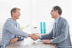 het sluiten van een contract tussen twee zakenlieden