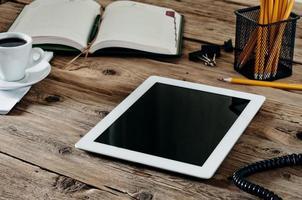 witte tablet op de werkplek foto