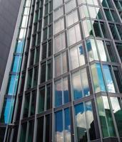 architectonische details van een wolkenkrabber, frankfurt, duitsland foto
