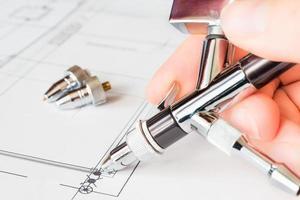 werk met de airbrush over de tekening, airbrush in de hand