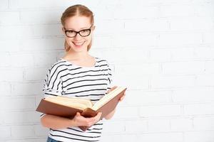 gelukkig succesvol studentenmeisje met boek foto