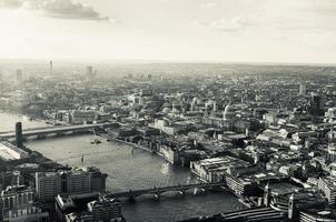 getinte luchtfoto van de Londense rivier de Theems en de stad foto
