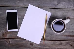 leeg papier en zakelijke dingen op tafel foto