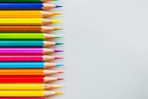 kleur potloden geïsoleerd op een witte achtergrond close-up foto