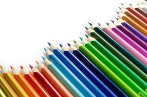 kleurpotloden die op witte achtergrond worden geïsoleerd foto