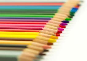 selectie van kunstenaars multi gekleurde kleurpotloden foto