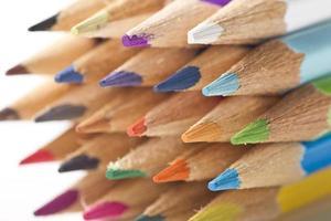 kleurenpotloden op witte achtergrond foto
