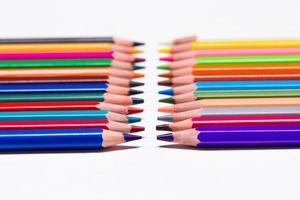 kleurpotloden op witte achtergrond foto