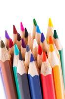 kleurenpotloden die op witte achtergrond worden geïsoleerd foto
