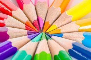 kleurpotloden rangschikken in kleurenwielkleuren. foto