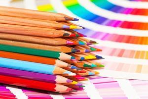 kleurpotloden en kleurenkaart van alle kleuren foto