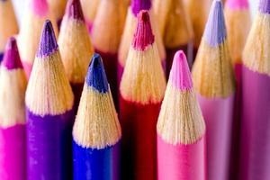 roze en paarse kleurpotloden foto
