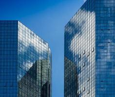 gevels van zakelijke gebouwen met weerspiegeling van de hemel, frankfurt foto