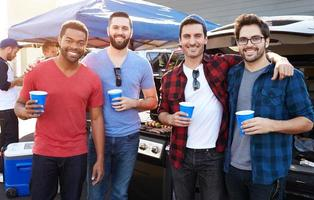 groep mannelijke sportfans bumperkleven in stadion parkeerplaats foto