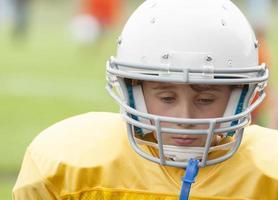 jonge voetballer overweegt een verlies foto
