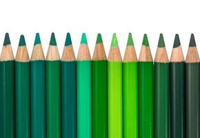 geïsoleerde rij met groen gekleurde kleurpotloden foto