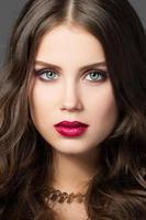 schoonheidsportret van schitterende jonge vrouw