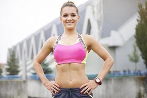 atletisch lichaam van aantrekkelijke jonge vrouw foto